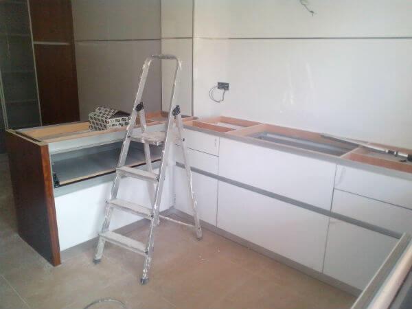 Cocina-con-muebles-blancos-modernos-Alicante