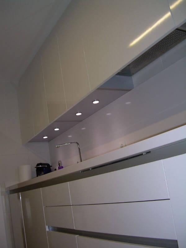 Cocina realizada en Alcoy (Alicante) con iluminación empotrada bajo los muebles superiores para iluminar la encimera.