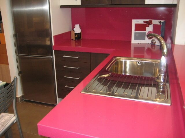 Encimera de color rosa en cocina. Reforma en Alcoy, Alicante. Fregadero Aluminio