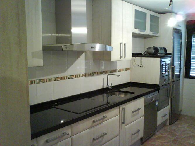 Mesones de granito negro for Cocina blanca encimera granito negra
