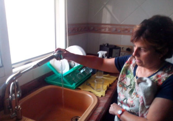 Grifo Extraíble: Como lavar utensilios grandes sin salpicar