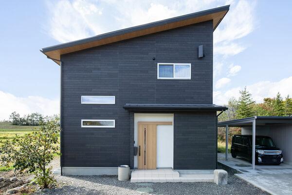 Casa negra imitación madera