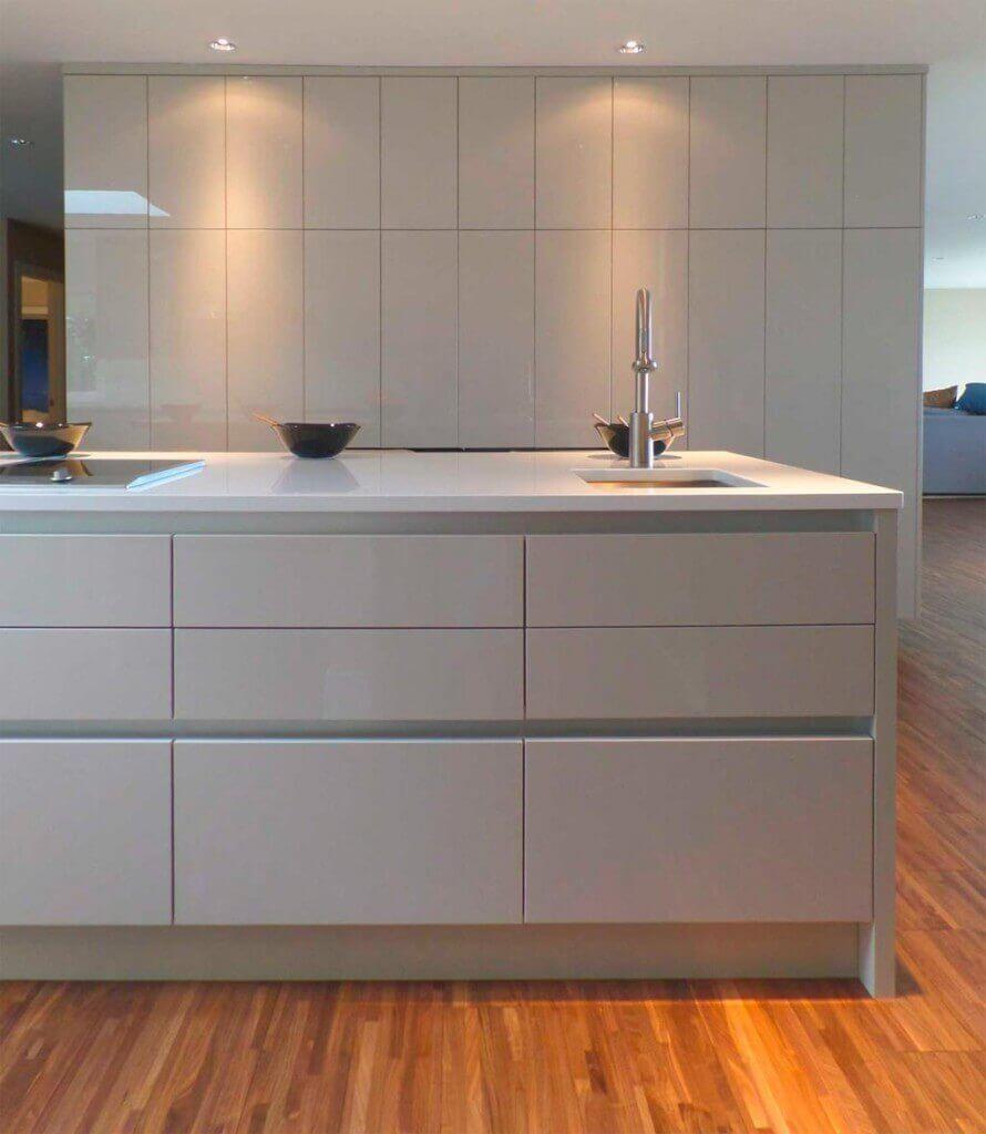 Tiradores de cocina la gu a perfecta para elegir el for Cocina blanca y madera moderna