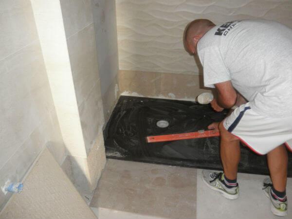 Colocar plato de ducha de carga mineral