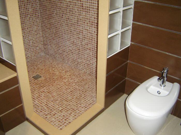 Platos de ducha 5 tipos de suelos para duchas for Colores de gresite
