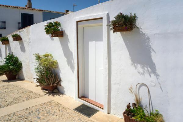 Fachada blanca de casa andaluza.