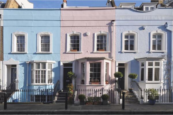 Típicas casas inglesas de colores azules pasteles
