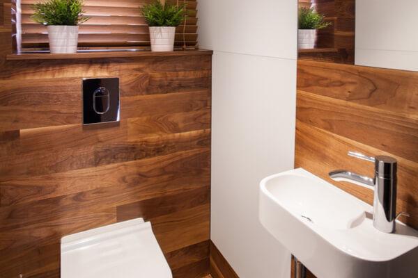 Baño de gres porcelánico imitación madera
