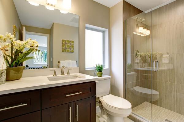 Baño pequeño con espejo.