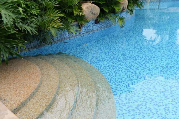 Piscina con azulejos de Gresite combinado con naturaleza.