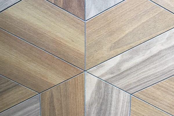 Diseño irregular de suelo porcelánico imitación madera.