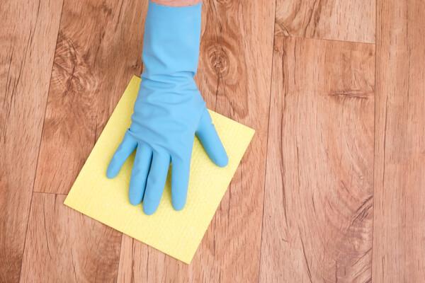 Limpiar suelo madera sin sufrir daños.