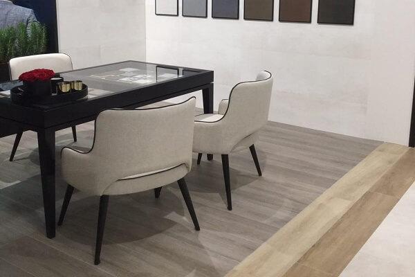 Mesa con estructura de porcelánico