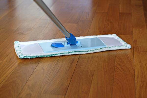 Mopa sobre parquet para su limpieza.